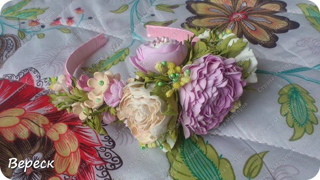 Фото  сделано при вечернем освящении.Прошу строго не судить.Делала впервые(!) Очень понравилось работать. использовала два вида фома-иранский и китайский.  Крупные цветы вырезала поэтапно,понадобилось 3 размера лепестков ,по форме все напоминают сердце.Мелкие цветочки было делать попроще,здесь помог фигурный дырокол,очень выручил, наделала массу цветочков(на будущее еще остались) фото 4