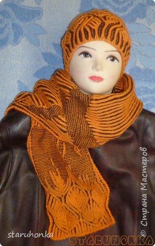 """Шапочка и шарф в технике БРИОШ (Brioche knitting)  Связала шапочку в новой для меня и придуманной кем-то не так давно, технике БРИОШ / Brioche knitting.  Комплект. Назвала """"Рыжая лиса"""". Похожа на лисий наряд, правда?  Очень увлекла меня эта техника. Знакомая незнакомка получилась.  Все знают и умеют вязать Английскую резинку. В технике Бриош используются английские (патентные) петли в разных сочетаниях, направлениях.  Причем вязать можно нитями разных цветов. Получается этакая интеграция английской резинки, патента, жаккарда/интарсии, двустороннего вязания, в одном флаконе.  Узоры разнообразны и интересны. Ими можно вязать шапки, шарфы, шали, кофты, пальто,... да всё, на что хватит фантазии.  Техника развивается, рукодельницы придумывают всё новые узоры, один другого интереснее.   Рыжая пряжа """"Камтекс"""" п/ш """"Соната"""". 250 м. - 100 гр. Коричневая из советских запасов - п/ш для ручного вязания """"64текс х 2"""", в 2 нитки Спицы 3,5 мм  фото 8"""