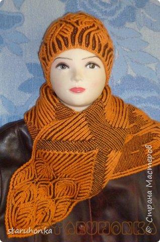 """Шапочка и шарф в технике БРИОШ (Brioche knitting)  Связала шапочку в новой для меня и придуманной кем-то не так давно, технике БРИОШ / Brioche knitting.  Комплект. Назвала """"Рыжая лиса"""". Похожа на лисий наряд, правда?  Очень увлекла меня эта техника. Знакомая незнакомка получилась.  Все знают и умеют вязать Английскую резинку. В технике Бриош используются английские (патентные) петли в разных сочетаниях, направлениях.  Причем вязать можно нитями разных цветов. Получается этакая интеграция английской резинки, патента, жаккарда/интарсии, двустороннего вязания, в одном флаконе.  Узоры разнообразны и интересны. Ими можно вязать шапки, шарфы, шали, кофты, пальто,... да всё, на что хватит фантазии.  Техника развивается, рукодельницы придумывают всё новые узоры, один другого интереснее.   Рыжая пряжа """"Камтекс"""" п/ш """"Соната"""". 250 м. - 100 гр. Коричневая из советских запасов - п/ш для ручного вязания """"64текс х 2"""", в 2 нитки Спицы 3,5 мм  фото 5"""