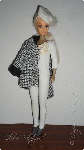 Когда мне было 13 лет у меня появилась кукла о которой я мечтала.  Я очень хотела эту куклу с идеальным телом, чтоб шить для неё самые красивые наряды. Достать тогда такую куклу было очень сложно и дорого. Это было начало 90х. Только спустя 5 лет я пошла учится шить, а до этого я делала это как умела.  Это моя кукла, уже не помню как её звали.  Спасибо маме, что сохранила её. фото 4