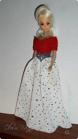 Когда мне было 13 лет у меня появилась кукла о которой я мечтала.  Я очень хотела эту куклу с идеальным телом, чтоб шить для неё самые красивые наряды. Достать тогда такую куклу было очень сложно и дорого. Это было начало 90х. Только спустя 5 лет я пошла учится шить, а до этого я делала это как умела.  Это моя кукла, уже не помню как её звали.  Спасибо маме, что сохранила её. фото 25