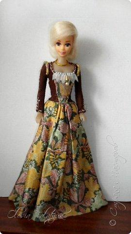 Когда мне было 13 лет у меня появилась кукла о которой я мечтала.  Я очень хотела эту куклу с идеальным телом, чтоб шить для неё самые красивые наряды. Достать тогда такую куклу было очень сложно и дорого. Это было начало 90х. Только спустя 5 лет я пошла учится шить, а до этого я делала это как умела.  Это моя кукла, уже не помню как её звали.  Спасибо маме, что сохранила её. фото 30