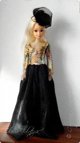 Когда мне было 13 лет у меня появилась кукла о которой я мечтала.  Я очень хотела эту куклу с идеальным телом, чтоб шить для неё самые красивые наряды. Достать тогда такую куклу было очень сложно и дорого. Это было начало 90х. Только спустя 5 лет я пошла учится шить, а до этого я делала это как умела.  Это моя кукла, уже не помню как её звали.  Спасибо маме, что сохранила её. фото 33