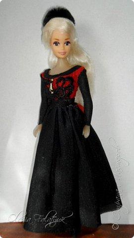 Когда мне было 13 лет у меня появилась кукла о которой я мечтала.  Я очень хотела эту куклу с идеальным телом, чтоб шить для неё самые красивые наряды. Достать тогда такую куклу было очень сложно и дорого. Это было начало 90х. Только спустя 5 лет я пошла учится шить, а до этого я делала это как умела.  Это моя кукла, уже не помню как её звали.  Спасибо маме, что сохранила её. фото 34