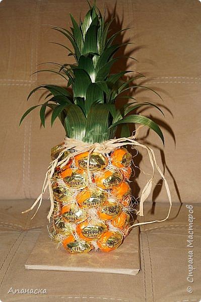 Конфеты и бутылка в образе ананаса фото 1