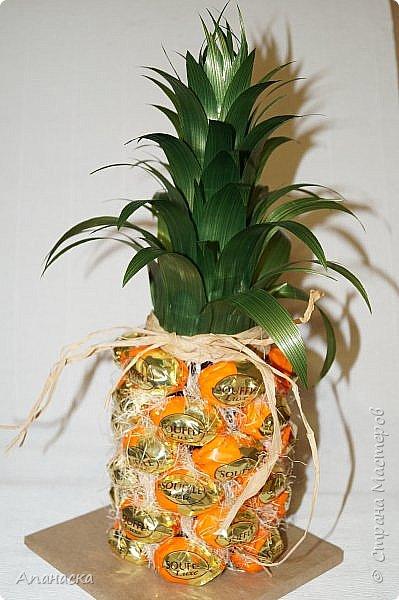 Конфеты и бутылка в образе ананаса фото 2