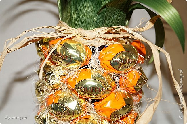 Конфеты и бутылка в образе ананаса фото 3