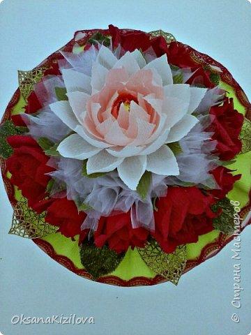 Лотос в красных розах фото 1