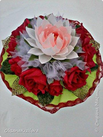 Лотос в красных розах фото 2