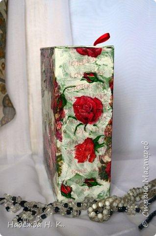 Добрый день! Накануне праздника пришла пора  позаботится о подарках. Конечно, главное в дарении это внимание и сама вещица, но, думаю, что и упаковочка сделанная с любовью имеет не последнее значение. С сожалением признаю, что в картонаже я не сильна, поэтому  для работы взяла готовые коробочки от гаджетов. Они такие ладные, сделаны из крепкого картона, отличная основа для декупажа! Нашла три подходящего размера формы, подготовила поверхность к работе, сделала кракелюр на желатине. Это новый для меня вид трещинок, возможно я что-то сделала не так, или просто ждала другого результата, но получился не просто состаренный вид, а совсем старинный, он же продиктовал выбор мотивов салфеток. фото 3