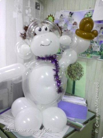 Новогодняя обезьянка из шаров фото 1