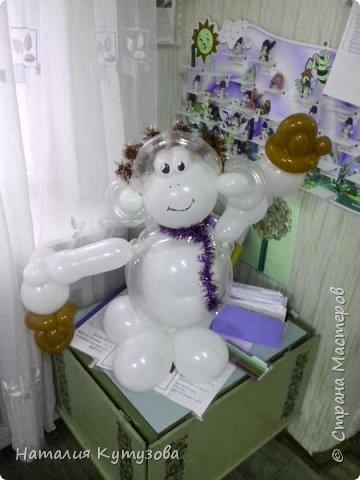 Новогодняя обезьянка из шаров фото 2