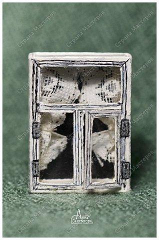 Окошки из спичечных коробков. Объемные, занавески и цветочки вклеены внутрь, имеются стеклышки из прозрачной пленки. фото 6