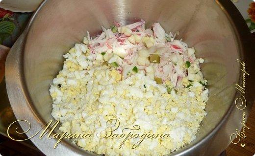 Здравствуйте! Сегодня предлагаю приготовить очень простой, но сытный и вкусный салатик. Такой салат можно приготовить и для гостей, и просто на ужин. фото 11