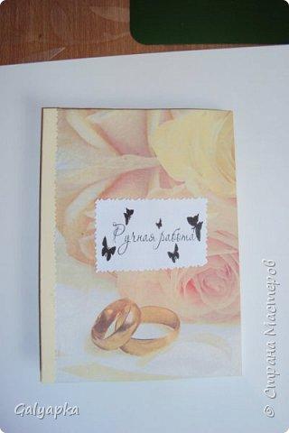 Моя первая и пока единственная свадебная открытка была сделана сестре на свадьбу в марте 2015г. Основа открытки это салфетка приклеенная на пищевую пленку к белому картону. Идею свадебных  почерпнула в Стране Мастеров. фото 3