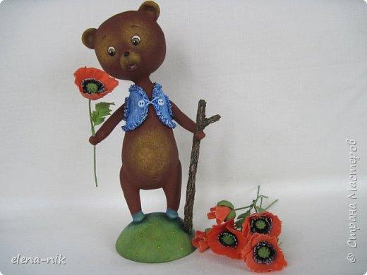 Добрый день, жители Страны Мастеров! С наступающим Вас женским праздником - 8 Марта! Но я не с пустыми руками к вам, а с медвежонком, который дарит вам цветочек. фото 2