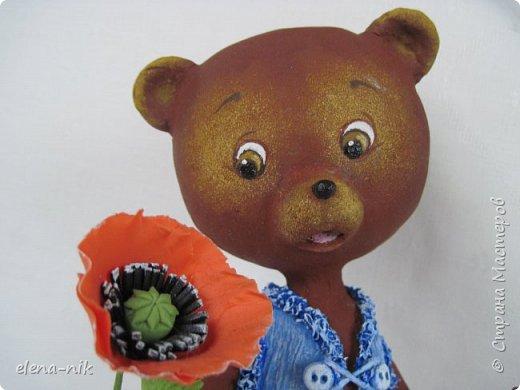 Добрый день, жители Страны Мастеров! С наступающим Вас женским праздником - 8 Марта! Но я не с пустыми руками к вам, а с медвежонком, который дарит вам цветочек. фото 1