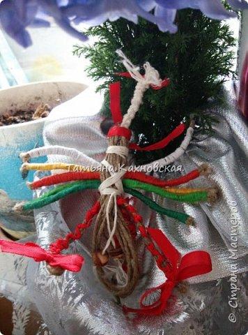 Славянская кукла оберег ДЕСЯТИРУЧНИЦА,выполнена  из льняной нити(шпагата), ручки обматывала  нитей  с катушки, обереговый крест -из льняной нити,поясок  из льняной нити и с косточкой калины.Очелье и бант в косу,- из атласной ленты. фото 2