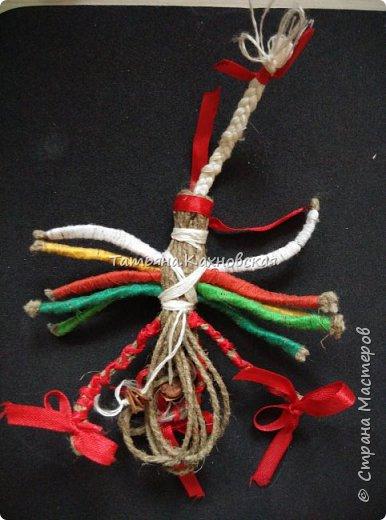 Славянская кукла оберег ДЕСЯТИРУЧНИЦА,выполнена  из льняной нити(шпагата), ручки обматывала  нитей  с катушки, обереговый крест -из льняной нити,поясок  из льняной нити и с косточкой калины.Очелье и бант в косу,- из атласной ленты. фото 3