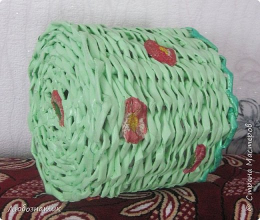 Здравствуйте мастерицы! Представляю вам мою первую плетёнку. Тяжелее всего было начинать, потом днище. Остальное плести-легче, но всё равно много недочетов. Не хватает опыта. Красила акриловой краской, приклеила цветочки (из салфетки, первые попытки декупажа). фото 2