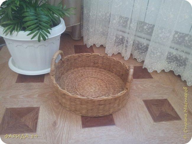 Сплела корзинку для мамочки под принадлежности для рукоделия. Диаметр  - 36см., выота -10см. фото 4
