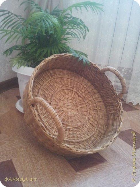 Сплела корзинку для мамочки под принадлежности для рукоделия. Диаметр  - 36см., выота -10см. фото 1