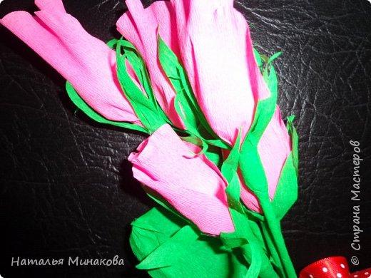 """Давно мечтала сделать букет с конфетками. Цветы из гофрированной бумаги я делала. И с учениками и когда сама училась в школе. Но соединить конфеты и цветы попробовала первый раз. На конкурс к 8 марта - это было домашнее задание.За основу взяла мастер- классы marishka """"Бутоны роз"""" и Endy """"Каскад"""". Спасибо огромное им за их мастер-классы. фото 3"""