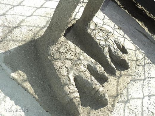 Здравствуйте мастера и мастерицы, пришла весна и хочется что то творить, украшать свой сад и т.д. Вот и я решила пока нет работы по саду потратить время с пользой и сделала вот такого страусёнка из бетонного раствора, арматуры (ноги и шея) и кусочка листового металла (основа к которой приваренные ноги), лента серпянка для армирования тела и шеи ,красила воднодисперсионной  краской+колер, ресницы с пластика (порезала ножницами) и приклеила на клей пистолет, покрыла в 2 слоя акриловым лаком. фото 3