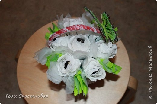 Пыталась сделать букет из белых роз, пробовала вставлять фунтики. Девочки подскажите советами, что и как лучше. Без критики и советов очень сложно! фото 1