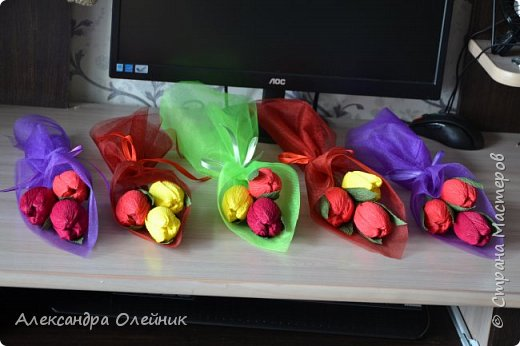 Здравствуйте дорогие мастерицы! Скоро приближается замечательный праздник 8 марта. Обычно женщинам дарят цветы и конфеты. Я решила совместить и сделать конфеты в цветах. Вот что из этого получилось))) фото 1