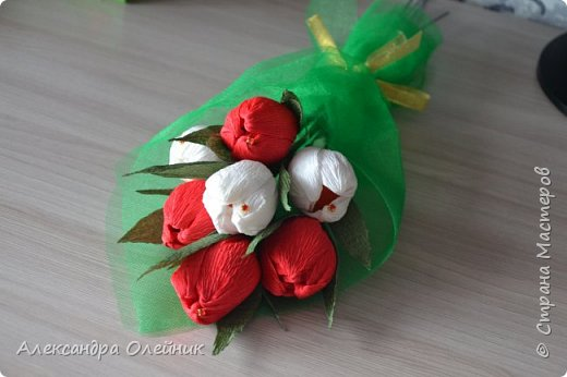 Здравствуйте дорогие мастерицы! Скоро приближается замечательный праздник 8 марта. Обычно женщинам дарят цветы и конфеты. Я решила совместить и сделать конфеты в цветах. Вот что из этого получилось))) фото 5