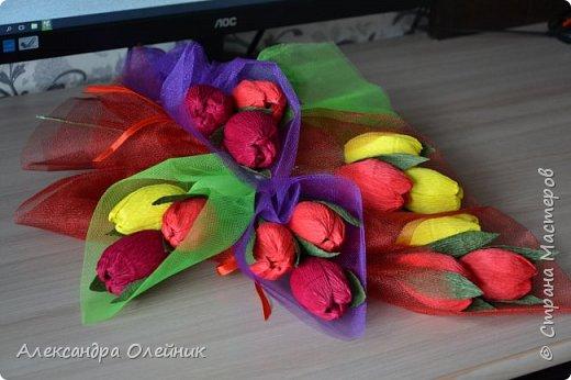 Здравствуйте дорогие мастерицы! Скоро приближается замечательный праздник 8 марта. Обычно женщинам дарят цветы и конфеты. Я решила совместить и сделать конфеты в цветах. Вот что из этого получилось))) фото 2