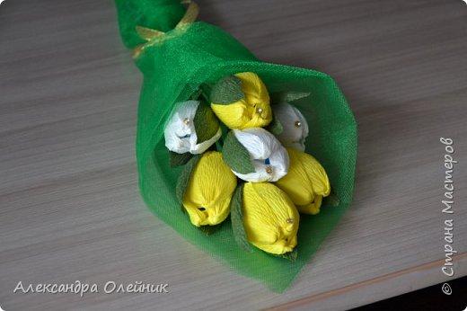 Здравствуйте дорогие мастерицы! Скоро приближается замечательный праздник 8 марта. Обычно женщинам дарят цветы и конфеты. Я решила совместить и сделать конфеты в цветах. Вот что из этого получилось))) фото 3
