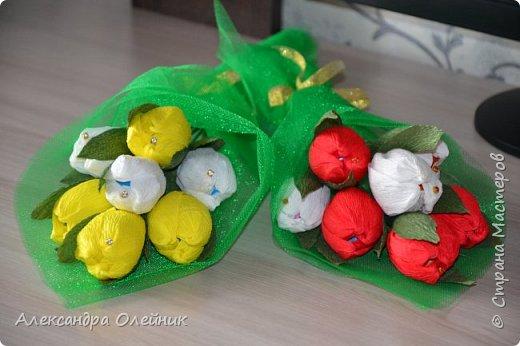 Здравствуйте дорогие мастерицы! Скоро приближается замечательный праздник 8 марта. Обычно женщинам дарят цветы и конфеты. Я решила совместить и сделать конфеты в цветах. Вот что из этого получилось))) фото 4