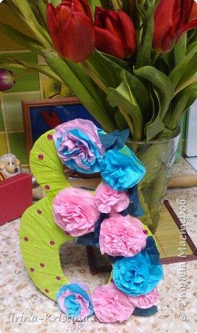 В детский сад срочно понадобилось сделать поделку, связанную с весной. Что более полно объяснит весну,как ни 8 марта?!))) Поэтому 8 КА сразу пришла на ум и,конечно же, цветы! фото 12