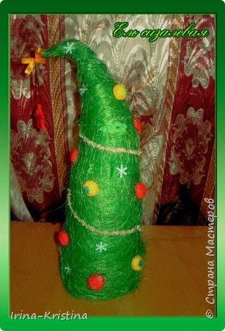 Конус картонный, сизалевые шарики, украшение-шары( пластилин шариковый). Верхушка-ангел. Низ-стаканчик пластиковый, залитый гипсом,украшен синтепоном. фото 4