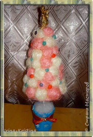 Конус картонный, сизалевые шарики, украшение-шары( пластилин шариковый). Верхушка-ангел. Низ-стаканчик пластиковый, залитый гипсом,украшен синтепоном. фото 1