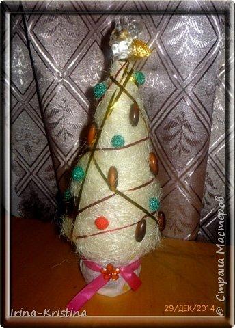 Конус картонный, сизалевые шарики, украшение-шары( пластилин шариковый). Верхушка-ангел. Низ-стаканчик пластиковый, залитый гипсом,украшен синтепоном. фото 3