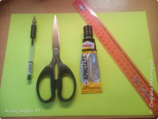 Для поделки нам понадобится картон или цветная бумага, чёрная геливая ручка, ножницы, клей Момент , длинная ленейка. фото 1