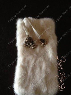 Чехол 16 см х 8 см, для iphone 6+ из меха ноки, на бархатной ленте с кистями украшенными речным жемчугом, на шелковой подкладке.