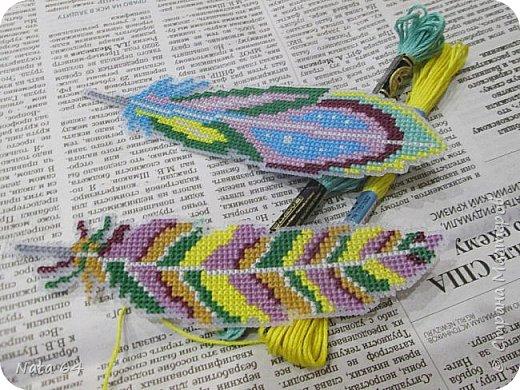 Закладки - перья вышивала на пластиковой канве. Схему нашла в интернете. фото 3