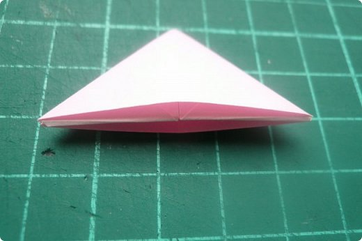 Здравствуйте!  Кто с чем, а я опять с Вафлями. На этот раз с воздушными. Придумалась пирамидка необычной формы, и вафельная насадка к ней очень подошла. Кусудама получилась такая воздушная и упругая, просто чудо. (сам себя не похвалишь...). И сборка очень приятная.  Один минус: чтобы продеть ниточку, придется прокалывать пирамидку.  Waffle Air 20 пирамидок и 30 соед.модулей, бумага 5*5. Итог 9 см. Сборка без клея. фото 13