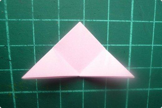 Здравствуйте!  Кто с чем, а я опять с Вафлями. На этот раз с воздушными. Придумалась пирамидка необычной формы, и вафельная насадка к ней очень подошла. Кусудама получилась такая воздушная и упругая, просто чудо. (сам себя не похвалишь...). И сборка очень приятная.  Один минус: чтобы продеть ниточку, придется прокалывать пирамидку.  Waffle Air 20 пирамидок и 30 соед.модулей, бумага 5*5. Итог 9 см. Сборка без клея. фото 14