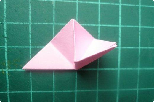 Здравствуйте!  Кто с чем, а я опять с Вафлями. На этот раз с воздушными. Придумалась пирамидка необычной формы, и вафельная насадка к ней очень подошла. Кусудама получилась такая воздушная и упругая, просто чудо. (сам себя не похвалишь...). И сборка очень приятная.  Один минус: чтобы продеть ниточку, придется прокалывать пирамидку.  Waffle Air 20 пирамидок и 30 соед.модулей, бумага 5*5. Итог 9 см. Сборка без клея. фото 15