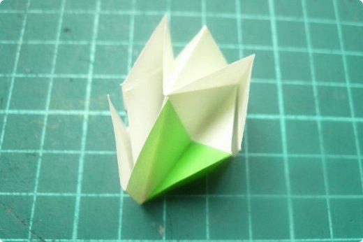 Здравствуйте!  Кто с чем, а я опять с Вафлями. На этот раз с воздушными. Придумалась пирамидка необычной формы, и вафельная насадка к ней очень подошла. Кусудама получилась такая воздушная и упругая, просто чудо. (сам себя не похвалишь...). И сборка очень приятная.  Один минус: чтобы продеть ниточку, придется прокалывать пирамидку.  Waffle Air 20 пирамидок и 30 соед.модулей, бумага 5*5. Итог 9 см. Сборка без клея. фото 28