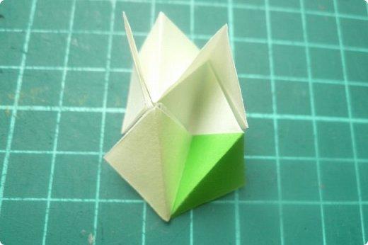 Здравствуйте!  Кто с чем, а я опять с Вафлями. На этот раз с воздушными. Придумалась пирамидка необычной формы, и вафельная насадка к ней очень подошла. Кусудама получилась такая воздушная и упругая, просто чудо. (сам себя не похвалишь...). И сборка очень приятная.  Один минус: чтобы продеть ниточку, придется прокалывать пирамидку.  Waffle Air 20 пирамидок и 30 соед.модулей, бумага 5*5. Итог 9 см. Сборка без клея. фото 29