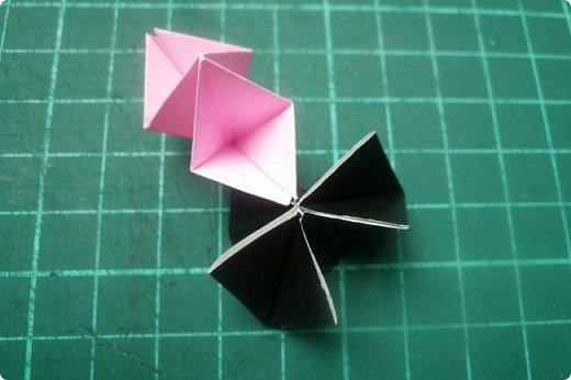 Здравствуйте!  Кто с чем, а я опять с Вафлями. На этот раз с воздушными. Придумалась пирамидка необычной формы, и вафельная насадка к ней очень подошла. Кусудама получилась такая воздушная и упругая, просто чудо. (сам себя не похвалишь...). И сборка очень приятная.  Один минус: чтобы продеть ниточку, придется прокалывать пирамидку.  Waffle Air 20 пирамидок и 30 соед.модулей, бумага 5*5. Итог 9 см. Сборка без клея. фото 34