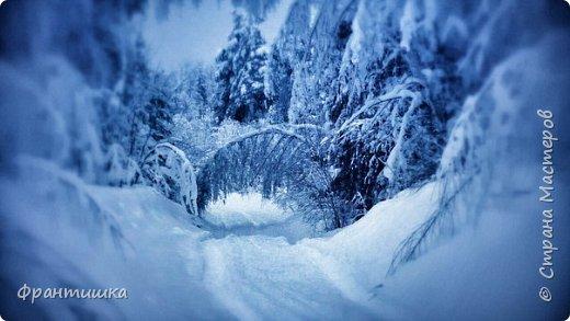 Чудесный зимний день. Морозная погода. На небе голубом сияет солнца круг. Под снегом сладко спит притихшая природа, И снежным серебром покрыто всё вокруг.  На улице бывать мне нравится в морозы; Прекрасных, светлых грёз душа моя полна, Когда стоят в снегу застывшие берёзы И снежная блестит повсюду белизна.  От солнечных лучей пушистый снег искрится, Белеет ярко гладь заснеженных полей; В такие дни в лесу приятно находиться, Увидеть невзначай там стайку снегирей...  Как огоньки, у них краснеют ярко грудки - Поэтому они видны издалека; А в полынье речной гурьбой толпятся утки И ждут, когда от льда очистится река.  Чудесный зимний день. Морозная погода, Под башмаками снег от холода скрипит; С младенчества влюблён я в это время года, Когда в холодной мгле природа сладко спит. (М. Крюков)  фото 1