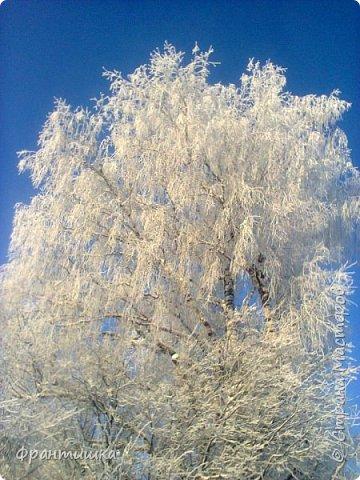 Чудесный зимний день. Морозная погода. На небе голубом сияет солнца круг. Под снегом сладко спит притихшая природа, И снежным серебром покрыто всё вокруг.  На улице бывать мне нравится в морозы; Прекрасных, светлых грёз душа моя полна, Когда стоят в снегу застывшие берёзы И снежная блестит повсюду белизна.  От солнечных лучей пушистый снег искрится, Белеет ярко гладь заснеженных полей; В такие дни в лесу приятно находиться, Увидеть невзначай там стайку снегирей...  Как огоньки, у них краснеют ярко грудки - Поэтому они видны издалека; А в полынье речной гурьбой толпятся утки И ждут, когда от льда очистится река.  Чудесный зимний день. Морозная погода, Под башмаками снег от холода скрипит; С младенчества влюблён я в это время года, Когда в холодной мгле природа сладко спит. (М. Крюков)  фото 18