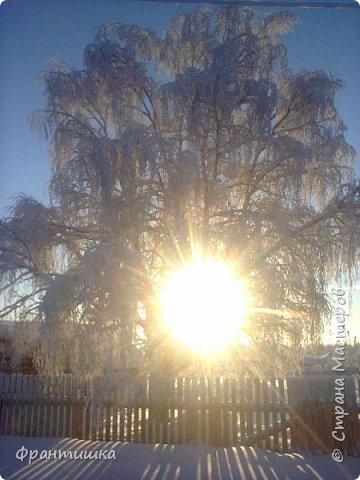 Чудесный зимний день. Морозная погода. На небе голубом сияет солнца круг. Под снегом сладко спит притихшая природа, И снежным серебром покрыто всё вокруг.  На улице бывать мне нравится в морозы; Прекрасных, светлых грёз душа моя полна, Когда стоят в снегу застывшие берёзы И снежная блестит повсюду белизна.  От солнечных лучей пушистый снег искрится, Белеет ярко гладь заснеженных полей; В такие дни в лесу приятно находиться, Увидеть невзначай там стайку снегирей...  Как огоньки, у них краснеют ярко грудки - Поэтому они видны издалека; А в полынье речной гурьбой толпятся утки И ждут, когда от льда очистится река.  Чудесный зимний день. Морозная погода, Под башмаками снег от холода скрипит; С младенчества влюблён я в это время года, Когда в холодной мгле природа сладко спит. (М. Крюков)  фото 19